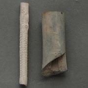 De steel links is een 17e eeuwse Jonas steel, ook op de foto hiernaast. Het dikke stuk pijpaarde ernaast is gevonden in Gouda, en waarschijnlijk een fragment van een 'Trompet', bedoeld om de pijpen in de pijpenpot rechtop te kunnen laten staan