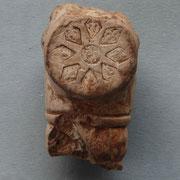 Hiel fragment is in Leiderdorp gevonden en vermoedelijk afkomstig van de Leidse pijpmaker Pieter Jacobusz de Haas die tussen 1640 en 1670 actief was (*4)