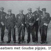 Schaatsers met pakken stroopwafels en met Goudse pijpen behangen, 1933