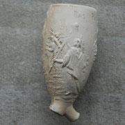 Op pijp de godin van de overwinning, Victoria, en op andere zijde een Romein die een staf vasthoudt met daarop de'vredeshoed'