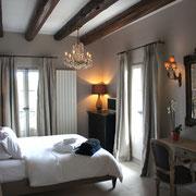 Le lit de 180cm de la chambre Louis