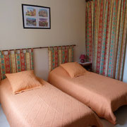la chambre d'hotes avec deux lits simples - aux Gites des Camparros à Nailloux