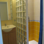 la salle de bains de la chambre d'hotes - aux Gites des Camparros à Nailloux