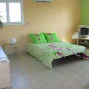 le salon avec le canapé-lit ouvert, du Gite des Tournesols - aux Gites des Camparros à Nailloux