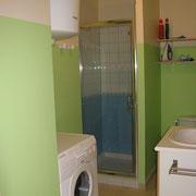 la salle de bains avec la douche du Gite des Tournesols - aux Gites des Camparros à Nailloux
