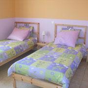 la chambre avec deux lits simples du Gite du Moulin - aux Gites des Camparros à Nailloux