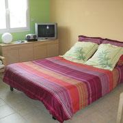 le salon avec le canapé-lit ouvert du Gite du Moulin - aux Gites des Camparros à Nailloux