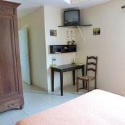 la chambre d'hotes et l'armoire - aux Gites des Camparros à Nailloux