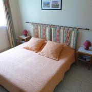 la chambre d'hotes avec un grand lit - aux Gites des Camparros à Nailloux