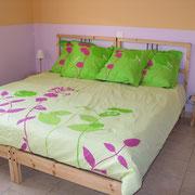 la chambre avec un grand lit du Gite des Tournesols - aux Gites des Camparros à Nailloux