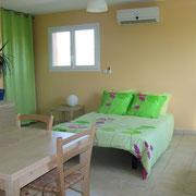autre vue du séjour canapé-lit ouvert, du Gite des Tournesols - aux Gites des Camparros à Nailloux