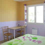 la chambre et le bureau du Gite du Moulin - aux Gites des Camparros à Nailloux