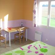 la chambre avec le bureau du Gite des Tournesols - aux Gites des Camparros à Nailloux