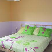 la chambre avec un grand lit du Gite du Moulin - aux Gites des Camparros à Nailloux