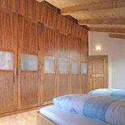 Schlafzimmer Nussbaum oben mit Klappen um die volle Raumhöhe zu nutzen