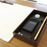 Les trésors du calligraphe: Pierre à encre, pinceau, papier, encre, verseuse, presse-papier