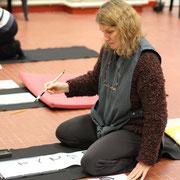 Stage du 24 février, Sandrine très concentrée pour disposer les idéogrammes