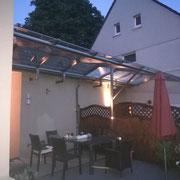 Überdachung aus Edelstahl und Glas über zwei Terrassen