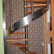 Gewendelte Edelstahltreppe mit Holzstufen