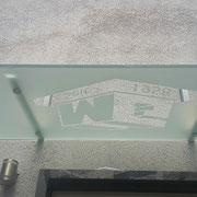 Vordach aus Edelstahl und Glas mit Firmenlogo