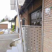Glasvordach mit Seitenteilen aus Glas und Edelstahl Lochblech