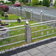 Vorgartenzaun mit Törchen - Edelstahl in Verbindung mit Steinpfosten