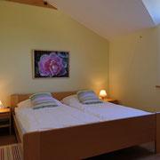 Schlafzimmer 1 FeWo 4 (Blick zum Hof)