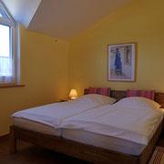Schlafzimmer 2 FeWo 4 (Blick zum Hof)