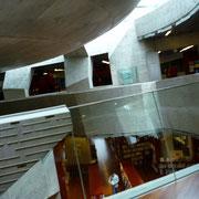 見えにくいですが図書館もあるんです!