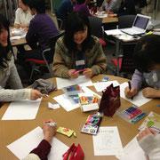 今回は自分の名刺をみんなで協力してデザインする特別授業。真剣に自分の名前と向かう…!