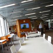 建物の中には休憩スペースやレストランも入ってます