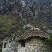 Maison de pierre dans les montagnes du Pérou