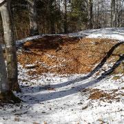 großer Krater, in dem die Burg versunken sein soll