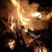 焚き火 ギターの材料が燃える FUJIFILM X-T10 XF18-55 f4 1/30s ISO2500