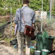 Tim recherchiert für die Reportage in Kreuzberg