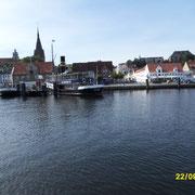 Blick vom Boot auf die Stadt.Das Dampfschiff Alexandra und St.Marien