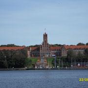 Die Marine Schule,auch rotes Schloss am Meer genannt.