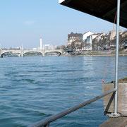 Blick von der Fähre, die nur durch die Strömung des Rheines angetrieben wird.