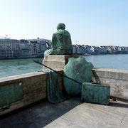 Die Helvetia schaut auf den Rhein herab.