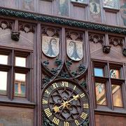 Rathaus Uhr und Baseler Stadtwappen