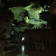 Ein Club in einer 10000 Jahre Tropfsteinhöhle