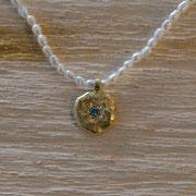 750er Goldanhänger mit blauem Brillant an zarter Perlenkette