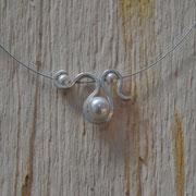 Silberanhänger auf Edelstahlseil mit Perlen