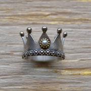 """Kronenring mit Perle. Weitere Kronenringe finden Sie hier unter """"Grimm schmückt"""""""
