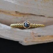 goldener Kugelringmit schwarzem Diamant im Rosenschliff