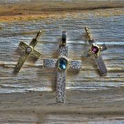 Kreuze in Gold und Silber mit Topas, Rubin und Brillant