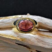 massiver 585er Gelbgoldring mit rosa Turmalin