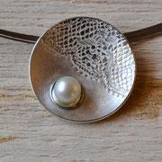 Silberanhänger mit Spitzenoptik und Perle