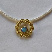750/-er Gelbgoldanhänger mit kleinem Opal und zarter Perlenkette