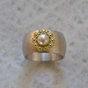 Silberring mit 750er Blumenkranz und Perle
